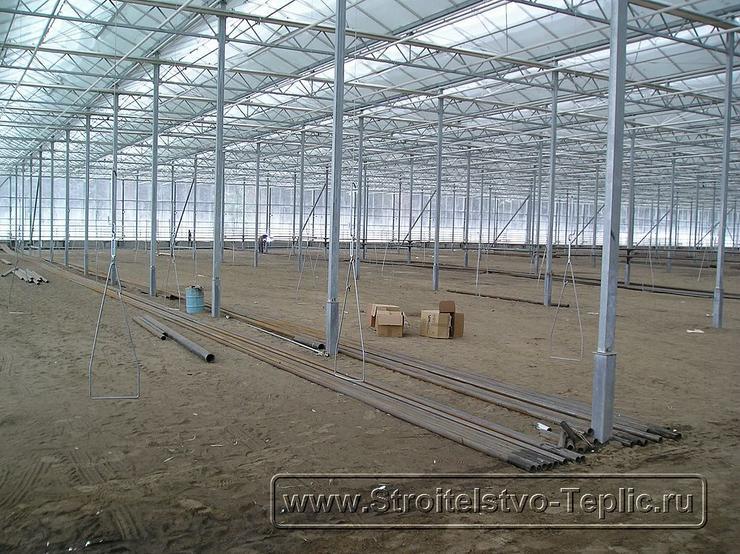 0027 Монтаж подвесных лотков для выращивания томатов в промышленной теплице