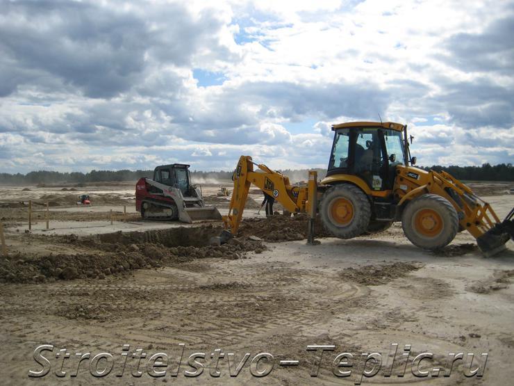 Земляные работы на площадке строительства тепличного комплекса